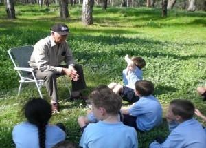 Local Yorta Yorta Elder, Alf Turner, speaks to students from Mooroopna Primary School.